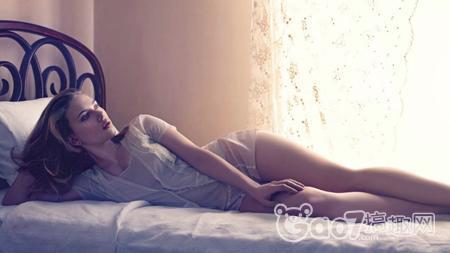 欧美女明星性感大尺度床照