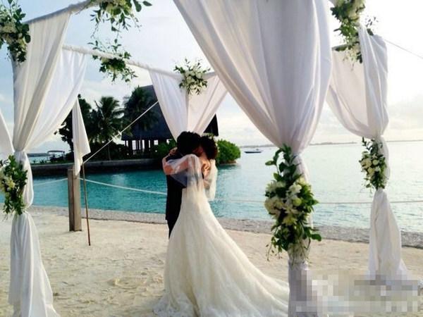 刘芸郑钧唯美婚礼 新郎告白新娘落泪海边拥吻