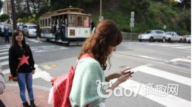 【7点看】搞7点看:过马路玩手机也违法?